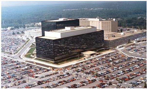 Энэхүү аварга барилгын сүүдэрт Снөүдэний бага нас өнгөрсөн юм. Мариланд дахь NSA-ийн төв байр.